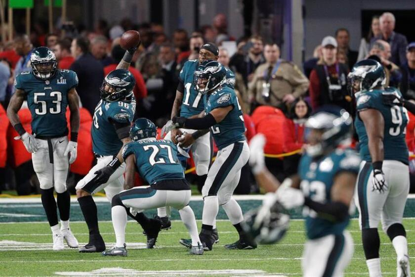 Philadelphia Eagles celebrate after receiving a fumble by New England Patriots quarterback Tom Brady in the fourth quarter of Super Bowl LII at US Bank Stadium in Minneapolis, Minnesota. EFE