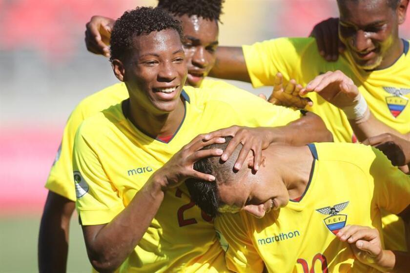 El ecuatoriano Jordan Rezabala (d) celebra con sus compañeros luego de anotar un gol durante un partido del Sudamericano Sub'20. EFE/Archivo