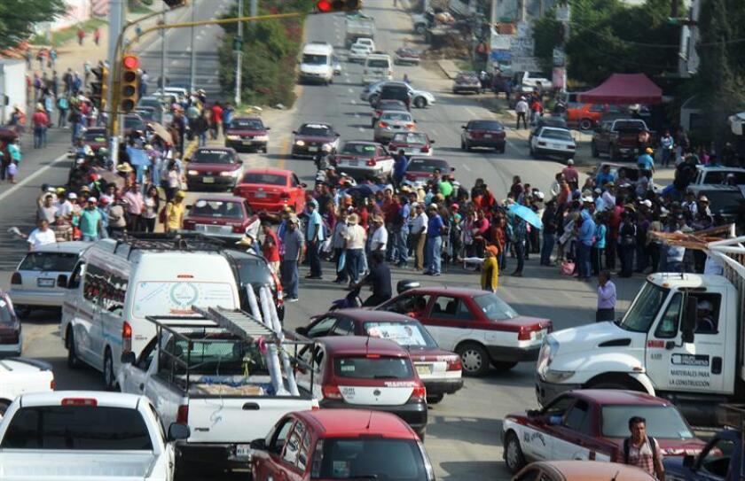 Fotografía cedida por la agencia Quadratín hoy, miércoles 1 de junio de 2016, que muestra el bloqueo de una vía por maestros de la sección 22 en el estado de Oaxaca (México). Los maestros de la Coordinadora Nacional de Trabajadores de la Educación (CNTE) retuvieron hoy a seis policías en el sureño estado mexicano de Oaxaca, mientras que en la Ciudad de México realizaron una marcha. EFE/QUADRATÍN