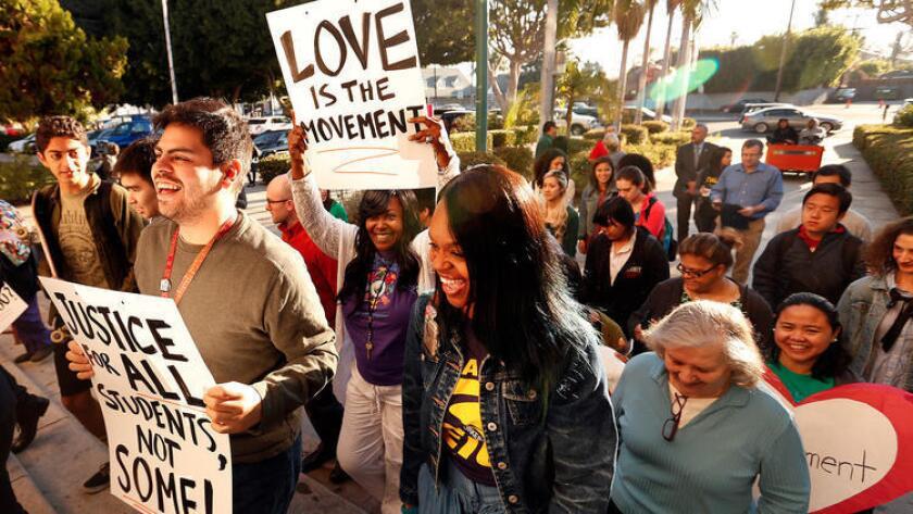 En febrero pasado, estudiantes, padres y educadores se reunieron frente a la escuela Hamilton High School, durante una caminata que fue parte del movimiento de apoyo a las escuelas públicas tradicionales (Al Seib/Los Angeles Times).