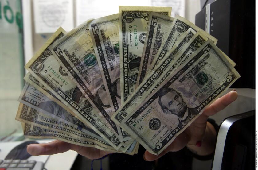 A la venta, el dólar cotiza en 19.23 pesos, contra los 19.10 del cierre de ayer en ventanillas de Banamex.