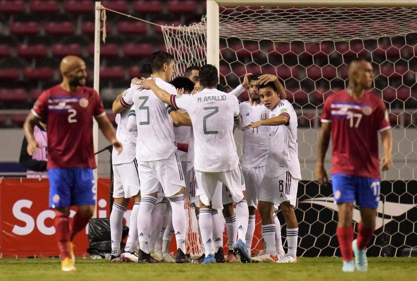 Los jugadores de México felicitan a su compañero Orbelín Pineda, que no se ve en la foto