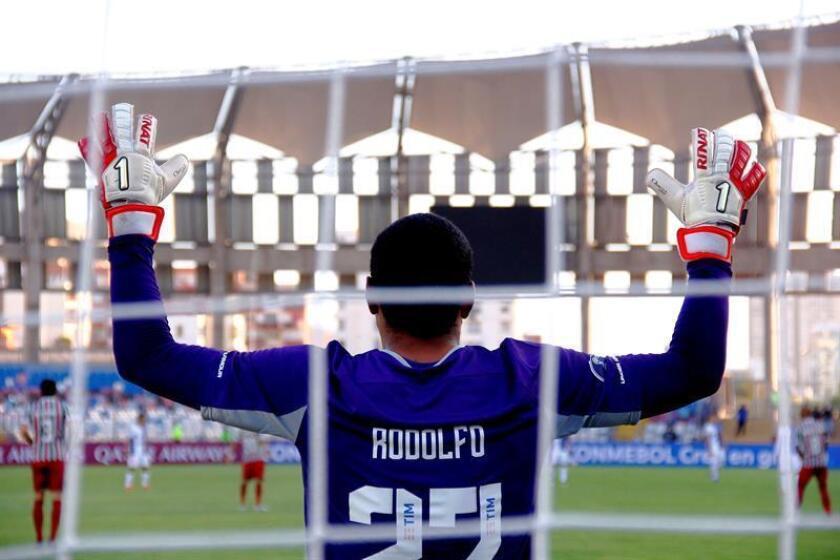 El arquero de Fluminense Rodolfo espera el inicio del partido por la primera fase de la Copa Sudamericana entre Club de Deportes Antofagasta de Chile y el Fluminense Football Club de Brasil este jueves, en el Estadio Regional Calvo y Bascuñán de Antofagasta (Chile). EFE