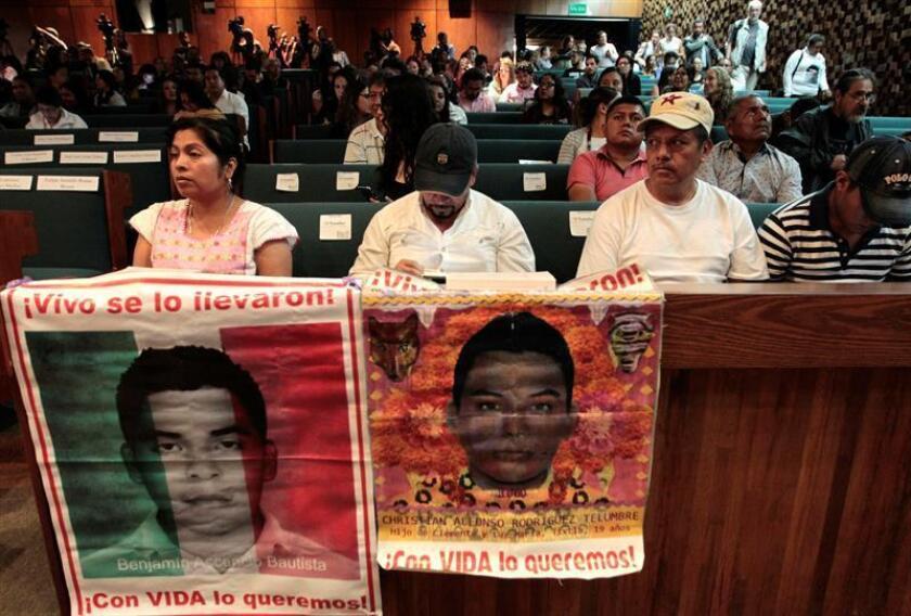 """Familiares de los estudiantes desaparecidos de Ayotzinapa fueron registrados el pasado jueves al asistir a la presentación del informe """"Yo Solo Quería Que Amaneciera. Impactos sociales del Caso Ayotzinapa"""", en Ciudad de México (México). EFE"""
