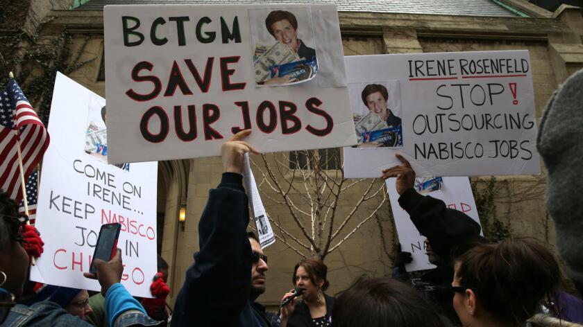 Decenas de personas protestan contra los recortes de empleos en las afueras de un hotel en Chicago, donde Irene Rosenfeld, presidente ejecutivo de Mondelez International, empresa matriz de Nabisco, pronunció un discurso en marzo pasado (Antonio Perez / Chicago Tribune).