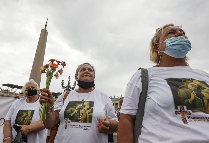 Tres mujeres visitan la Plaza de San Pedro