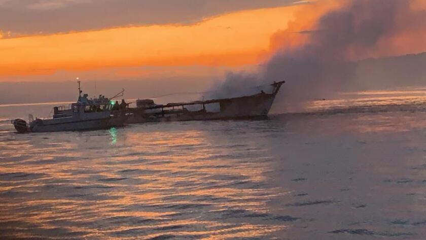 Recuperan los cuerpos de 33 fallecidos en el incendio de barco de California