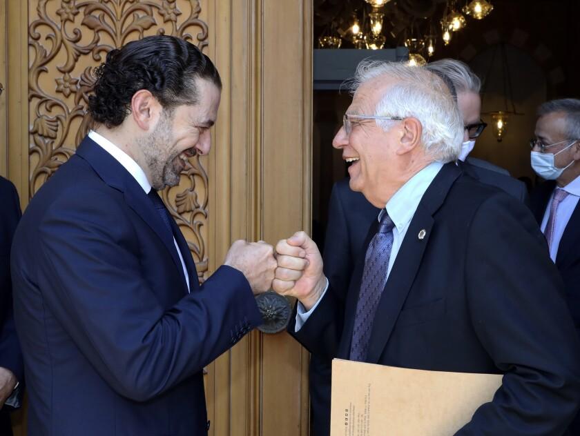 En esta imagen del sábado 19 de junio de 2021, difundida por el gobierno libanés, el primer ministro designado de Líbano, Saad Hariri, a la izquierda, saluda al ministro de política exterior de la Unión Europea, Josep Borrell, en Beirut. (Dalati Nohra/Gobierno libanés vía AP, archivo)