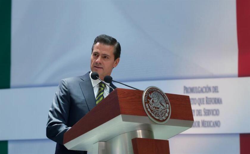 Fotografía cedida hoy, miércoles 18 de abril de 2018, por la casa presidencial que muestra al mandatario Enrique Peña Nieto, durante un acto en Palacio Nacional, en Ciudad de México (México). EFE/PRESIDENCIA/SOLO USO EDITORIAL