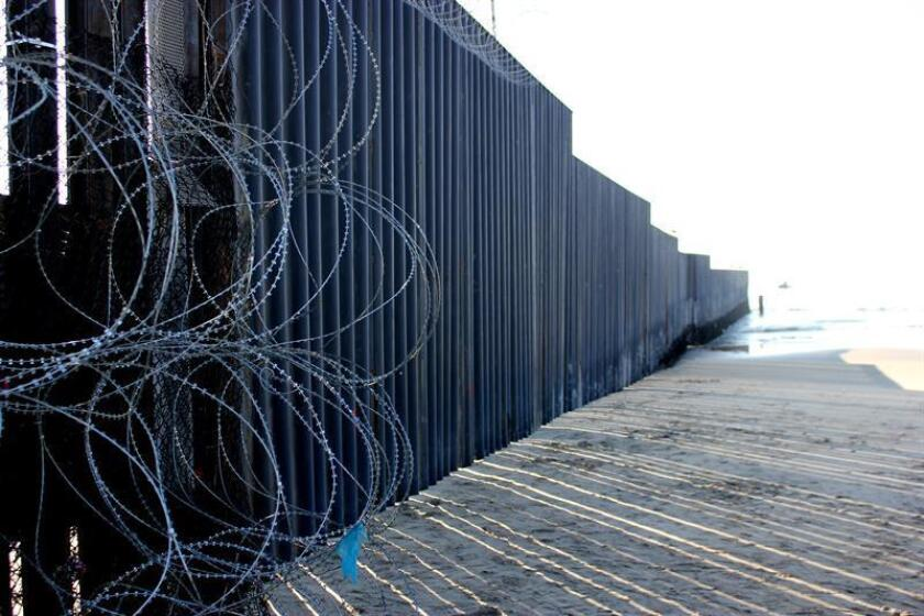 Fotografía donde se aprecia el tendido de cables puesto frente a la valla fronteriza en la playa Imperial de San Diego, California (EE.UU.). EFE/Archivo