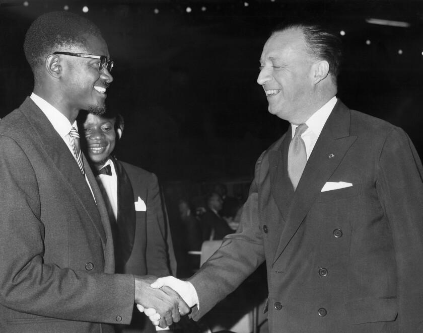 ARCHIVO- En esta foto del 4 de julio de 1960, el primer ministro de Congo Patrice Lumumba, izquierda, le estrecha la mano al embajador Belga Jean van den Bosch, derecha, en una cena de despedida para los periodistas que cubrieron las ceremonia de independencia del Congo. El presidente de Congo Felix Tshisekedi prometió el martes, 30 de junio del 2020, erradicar la corrupción y la impunidad que han lastrado el país, en momentos en que los congoleños celebran el 60mo aniversario de su independencia de Bélgica. (AP Foto)