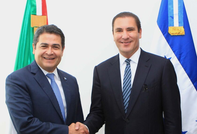 El presidente de Honduras, Juan Orlando Hernández, recibió hoy al gobernador del Estado de Puebla (México), Rafael Moreno Valle, quien es acompañado por empresarios del país del norte que exploran posibilidades de invertir en territorio hondureño, informó una fuente oficial.