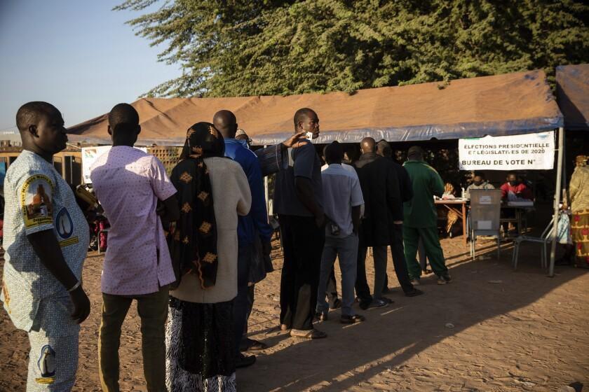 Personas hacen cola para votar en las elecciones de Burkina Faso, en la capital Uagadugú, el 22 de noviembre del 2020. (AP Photo/Sophie Garcia)