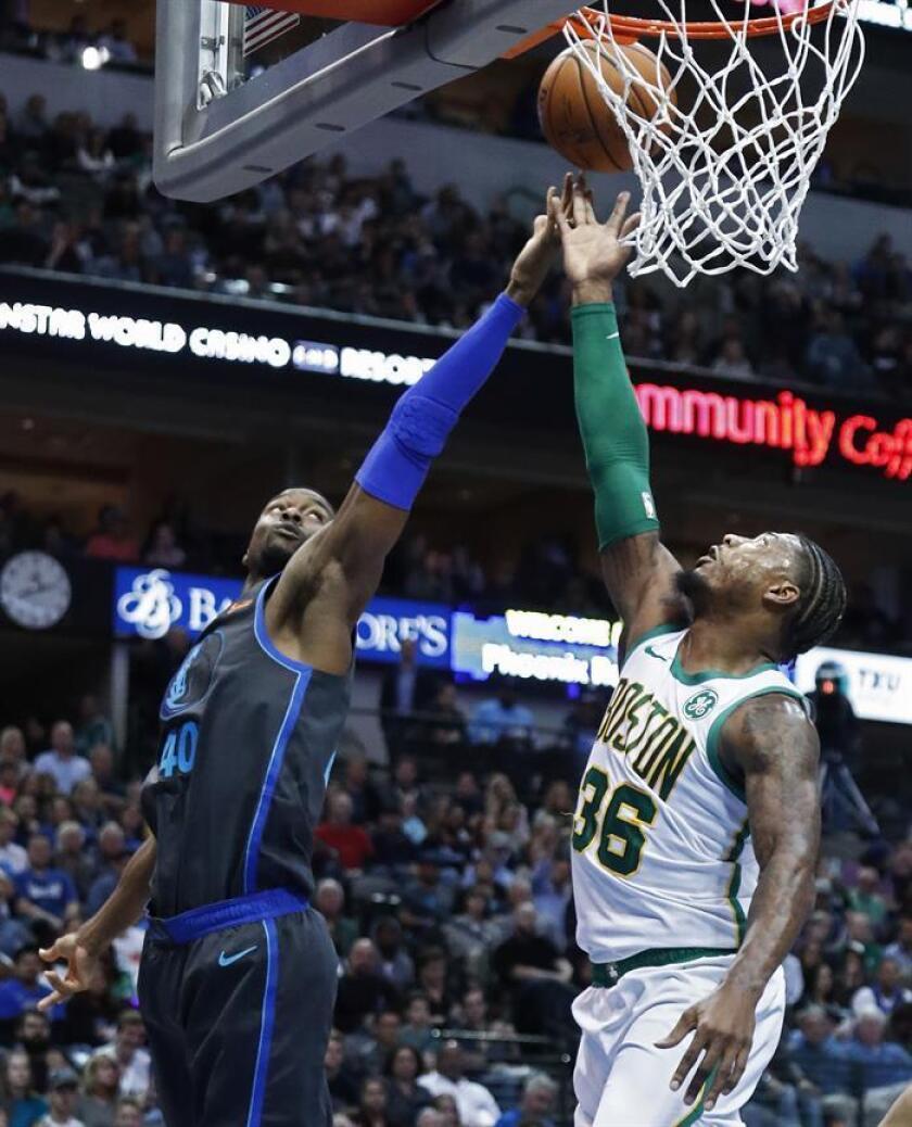 Marcus Smart (R), jugador de los Celtics de Boston, busca un rebote contra el jugador Harrison Barnes (L) de Dallas Mavericks durante la primera mitad del juego de baloncesto de la NBA entre los Celtics de Boston y los Dallas Mavericks en el American Airlines Center en Dallas, Texas, EE. UU. , 24 de noviembre de 2018. (Baloncesto, Eslovenia, Estados Unidos) EFE