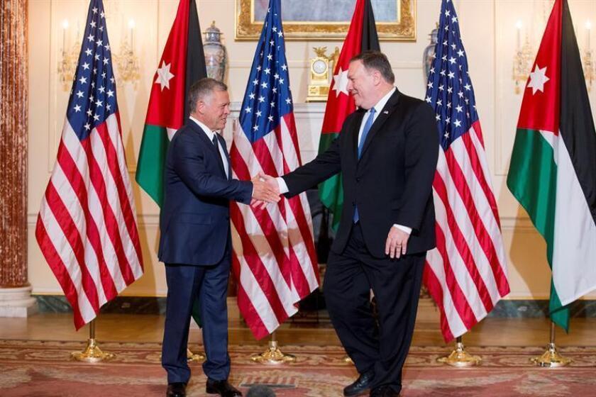 El secretario de Estado estadounidense, Mike Pompeo (d), estrecha la mano del rey Abdalá II (i), antes de su almuerzo de trabajo en el Departamento de Estado, en Washington (EE.UU), hoy, 22 de junio de 2018. EFE