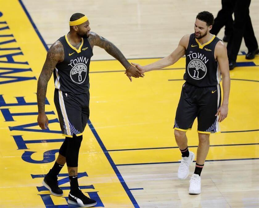 DeMarcus Cousins (izda) es felicitado por su compañero de los Golden State Warriors Klay Thompson (dcha) durante un partido de la NBA. EFE/Archivo