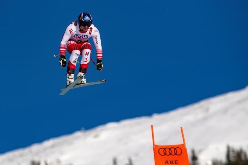 El esquiador austriaco Matthias Mayer participa este jueves en una sesión de entrenamiento para la prueba de descenso de los Mundiales de esquí alpino de Are (Suecia). EFE