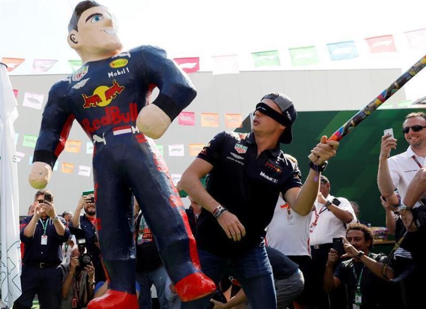 El piloto holandés Max Verstappen (Red Bull) rompe una piñata hoy, jueves 25 de octubre de 2018, previo al Gran Premio de México de Fórmula Uno, en el Autódromo Hermanos Rodríguez, en Ciudad de México (México). El Gran Premio de México se correrá el domingo próximo en la capital del país. EFE