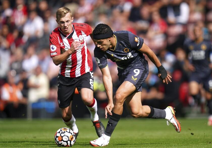 James Ward-Prowse del Southampton (izquierda) y Raúl Jiménez del Wolverhampton luchan por el balón