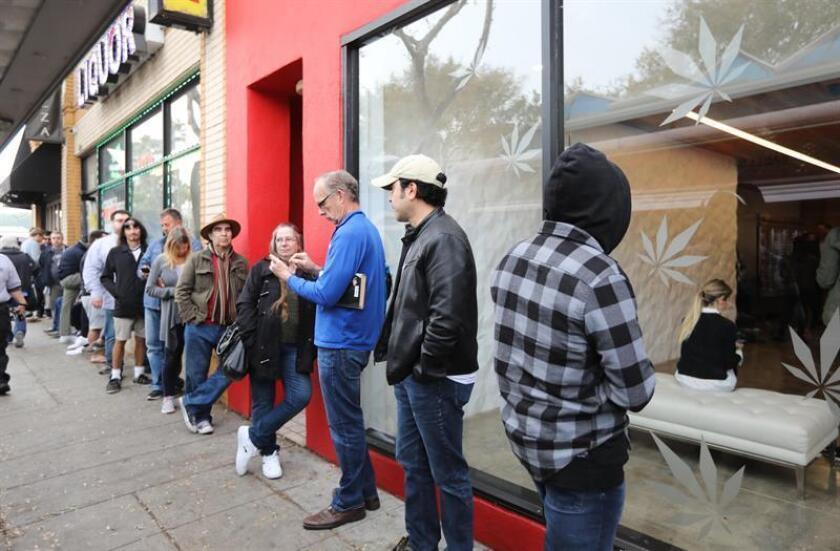 Decenas de clientes hacen fila en el dispensario MedMen para comprar productos de marihuana recreativa en West Hollywood, California (EE.UU.). EFE/Archivo