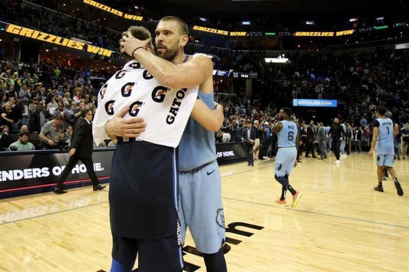 El esloveno Luka Doncic (i) de Dallas Mavericks abraza al español Marc Gasol (d) de Memphis Grizzlies hoy, lunes 19 de noviembre de 2018, al final de un partido en FedExForum en Memphis, Tennessee (EE.UU.). EFE