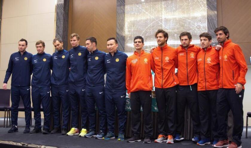 Foto de familia de los equipos de Kazajistán y Portugal que disputarán la eliminatoria para su pase a la fase final de la Copa Davis. EFE