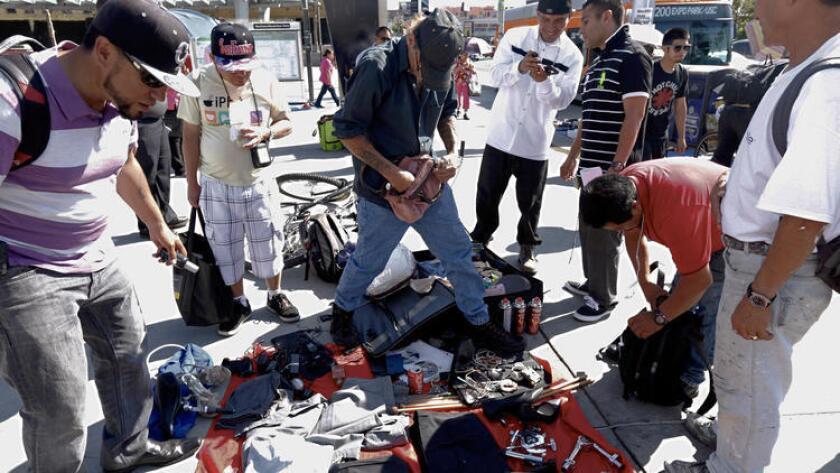 En Westlake, las personas sin hogar siguen el ejemplo de los vendedores inmigrantes