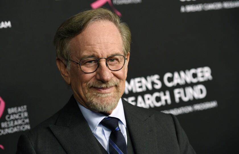 "En esta foto del 28 de febrero de 2019, Steven Spielberg llega a la gala benéfica ""An Unforgettable Evening"""