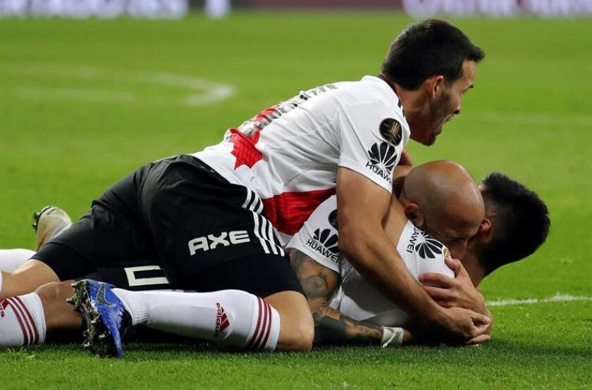 Jugadores de River Plate fueron registrados este domingo al celebrar su victoria sobre Boca Juniors, en el partido de vuelta de la final de la Copa Libertadores, en el estadio Santiago Bernabeu de Madrid, y que terminó con la victoria de River Plate por 2-1. EFE