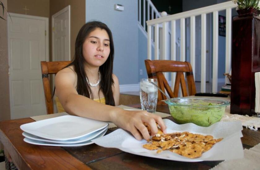 Vista de una adolescente mientras come un almuerzo nutritivo con vegetales y aguacate en su casa en Denver (Colorado). EFE/Laressa Watlingtone/Archivo