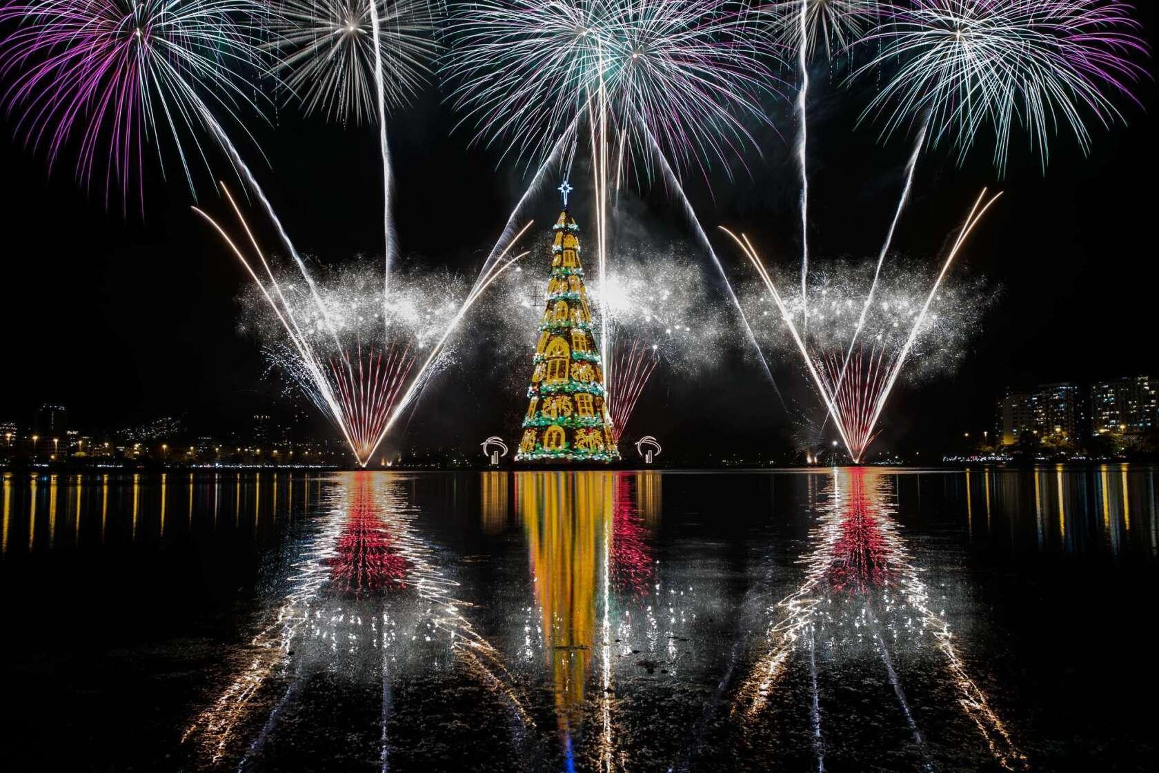 Brazil Christmas.Brazil 278 Foot Floating Christmas Tree Sails Into Rio S