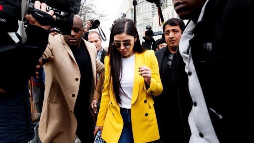 Emma Coronel Aispuro (c) sale de la corte al final de otro día de deliberación