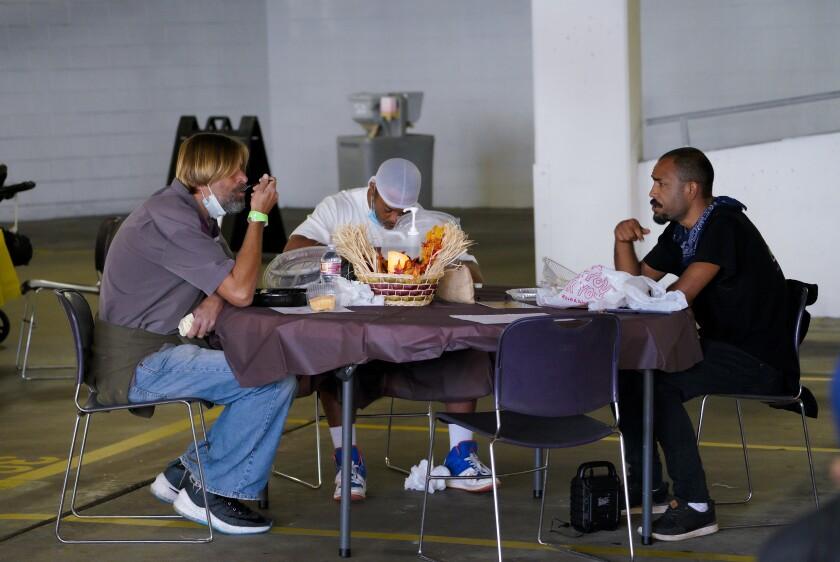 El sábado, Marshalll Press, izquierda, Pablo Glassner, centro, y Michael Mez disfrutaron de su cena