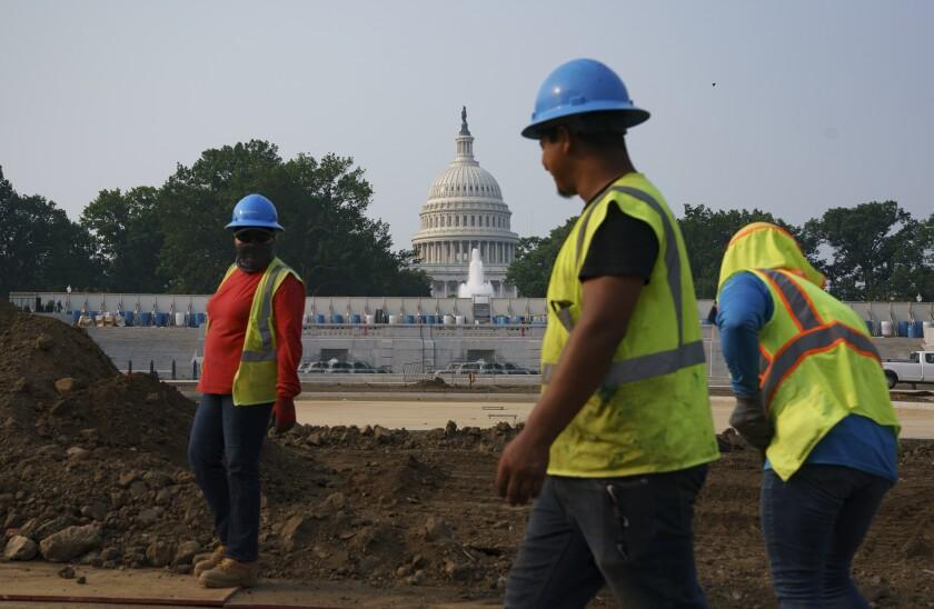 Trabajadores realizan trabajos en un parque en Washington, 21 de julio de 2021.