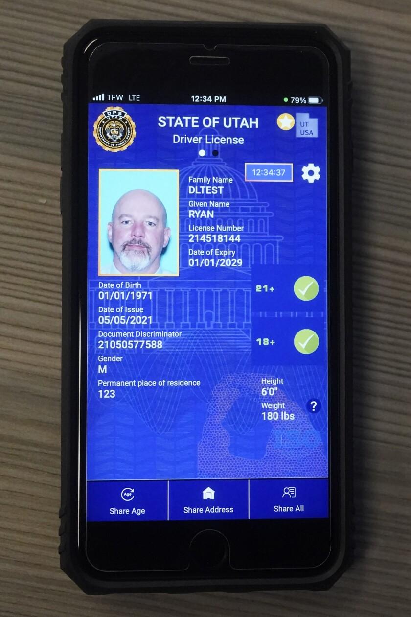 Un celular con la versión piloto de la licencia de conducción digital de Utah es mostrado el 5 de mayo del 2021.