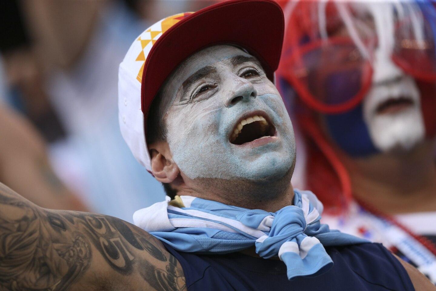 NJY105. EAST RUTHERFORD, (NJ, EE.UU.), 26/06/2016.- Un seguidor de Argentina anima a su equipo hoy, Domingo 26 de junio de 2016, previo al partido final de la Copa América Centenario, entre las selecciones de Argentina y Chile, en el estadio MetLife de East Rutherford, Nueva Jersey (EE.UU.). EFE/David Fernández ** Usable by HOY and SD Only **