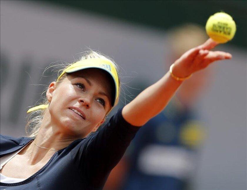 La tenista rusa Maria Kirilenko, realiza un saque ante la estadounidense Bethanie Mattek-Sands durante el partido de cuartos de final del Torneo de tenis Roland Garros disputado hoy en París, Francia. EFE