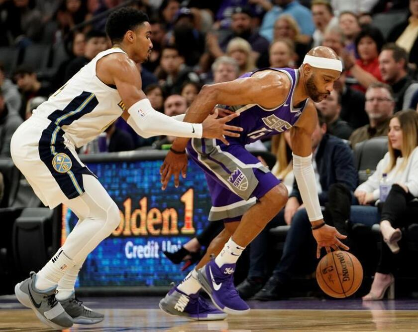 Sacramento Kings guard Vince Carter (R) drives past Denver Nuggets guard Gary Harris (L) during the first half of their NBA game at Golden 1 Center in Sacramento, California, USA, 06 January 2018. EFE