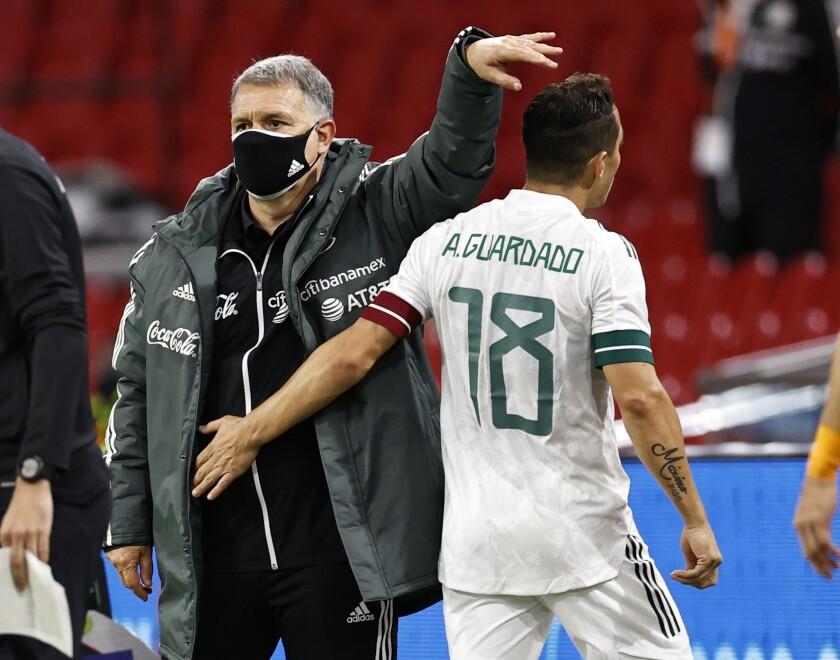El entrenador de México, Gerardo Martino (izq.) y su jugador José Andrés Guardado Hernández
