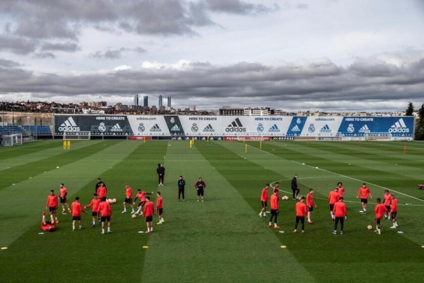 Los jugadores del Real Madrid durante el entrenamiento previo al partido de Liga de Campeones frente al Ajax, esta mañana en la Ciudad deportiva del Real Madrid en Valdebebas.- EFE