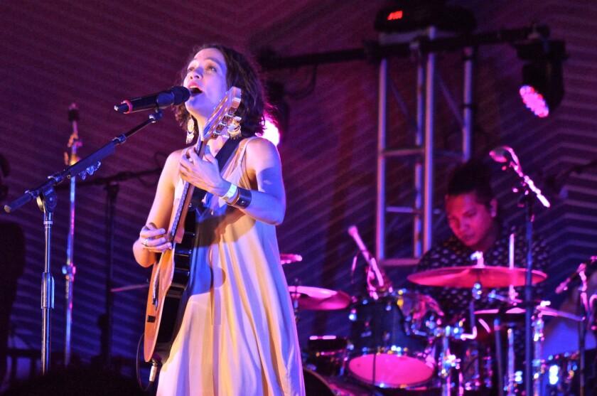 La cantautora Natalia Lafourcade durante su presentación del jueves por la noche en el Muelle de Santa Mónica, California.