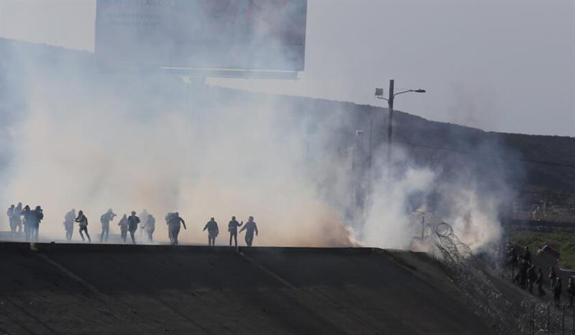 Vista de gases lacrimógenos que la policía fronteriza utiliza para evitar que grupos de personas crucen la garita El Chaparral, de la ciudad de Tijuana, en el estado de Baja California (México). EFE