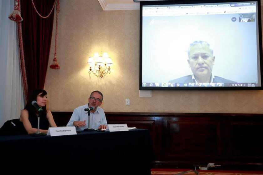 El director de Incidencia y Políticas Públicas de la Salud para la Heart & Stroke Foundation de Canadá, Manuel Arango (d), acompañado por integrantes de la organización mexicana El Poder del Consumidor, su director Alejandro Calvillo (c) y Fiorella Espinosa (i), participan, hoy, miércoles 18 de abril de 2018, en un videoconferencia en Ciudad de México (México). EFE