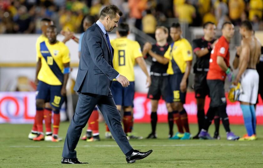 El director técnico de Brasil, Dunga, sale del campo de juego hoy, sábado 4 de junio de 2016, al final de un partido por el grupo B de la Copa América, en Pasadena, Los Ángeles, California (EE.UU.).