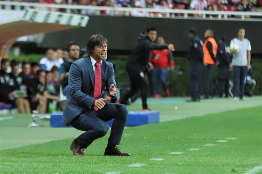 El técnico de Chivas de México Matías Almeyda da instrucciones a sus jugadores durante un partido. EFE/Archivo