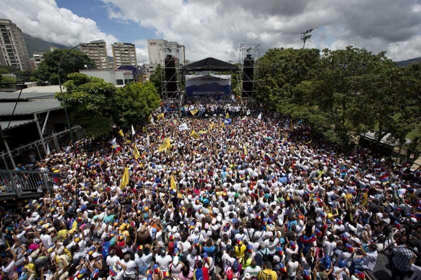 Miles de manifestantes marchan en apoyo al referendo revocatorio del mandato del presidente Nicolás Maduro en Caracas, el jueves 1 de septiembre de 2016. (AP Foto/Ariana Cubillos)