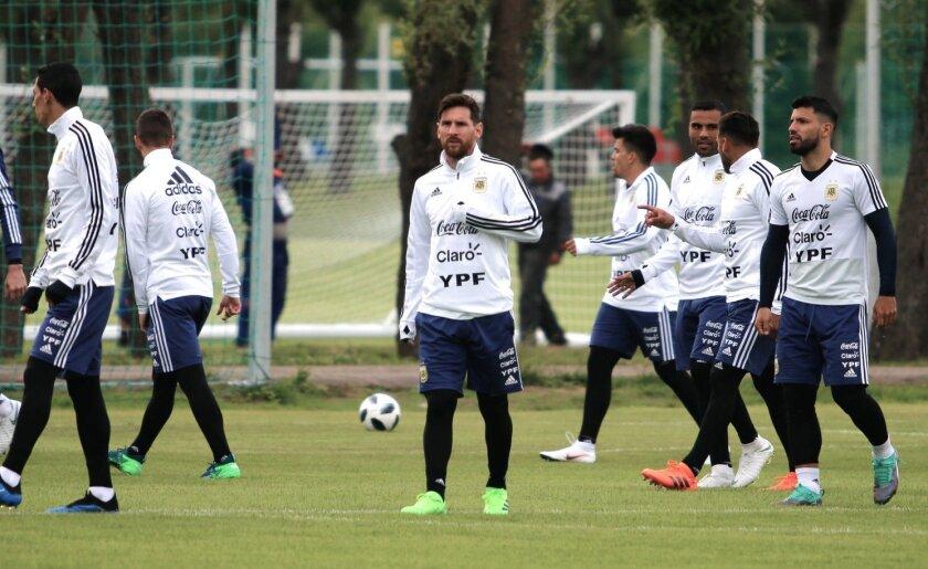 Lionel Messi (c), figura clave en las aspiraciones de la albiceleste en Rusia 2018.