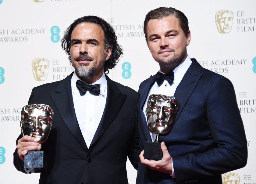 """Alejandro González Inárritu (izq) y Leonardo DiCaprio en la sala de prensa de los BAFTA (Premios de la Academia Británica de Cine), durante uno de los muchos encuentros que han tenido en los últimos meses debido a los reconocimientos obtenidos por su película """"The Revenant""""."""