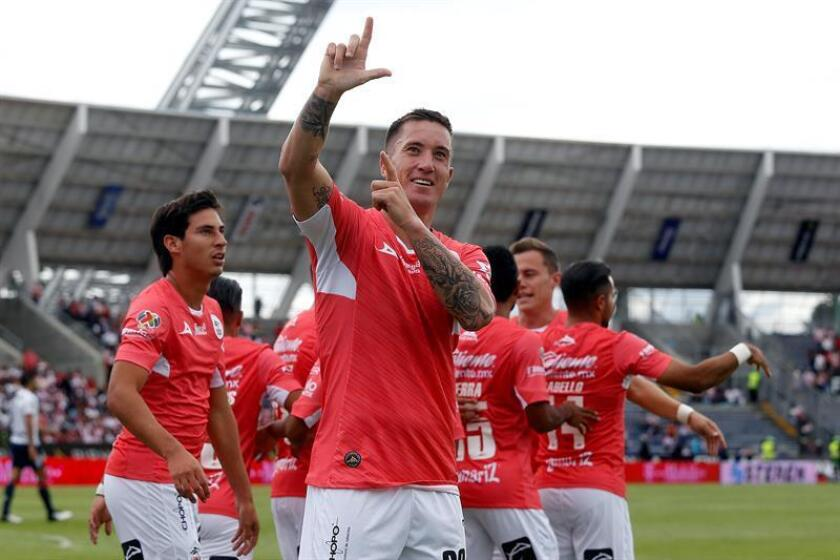 El jugador Leonardo Ramos, de Lobos BUAP, celebra su anotación ante el Guadalajara hoy, domingo 21 de octubre de 2018, durante el juego correspondiente a la jornada 13 del torneo mexicano de fútbol, celebrado en el estadio Olímpico Universitario, en la ciudad de Puebla (México). EFE
