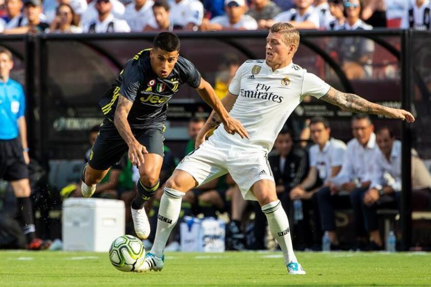 Joao Cancelo (i), defensor de la Juventus de Italia, fue registrado este sábado al disputar un balón con Toni Kroos (d), centrocampista alemán del Real Madrid de España, durante un partido de la Copa International de Campeones, en el FedExField de Landover (Maryland, EE.UU.). EFE